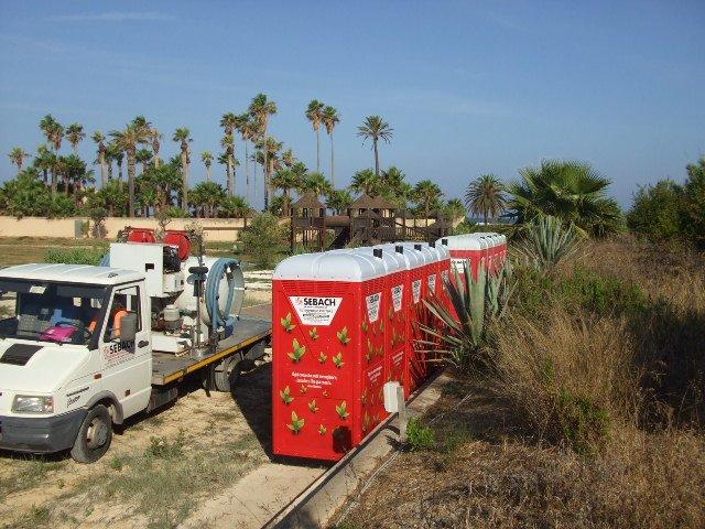 dei container rossi e accanto un camion