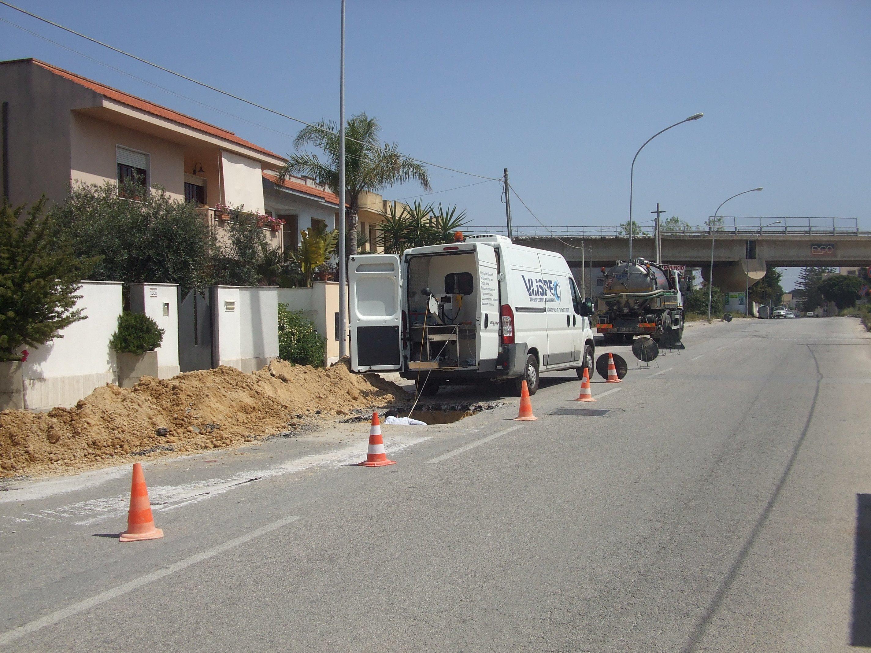 un furgone bianco parcheggiato in strada