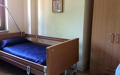 camera ospite con armadio in legno