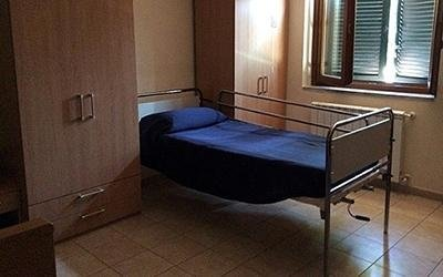 vista laterale di una stanza per ospite