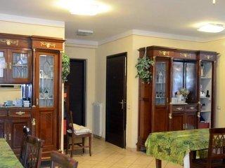 sala da pranzo con vetrine in legno e parete gialla