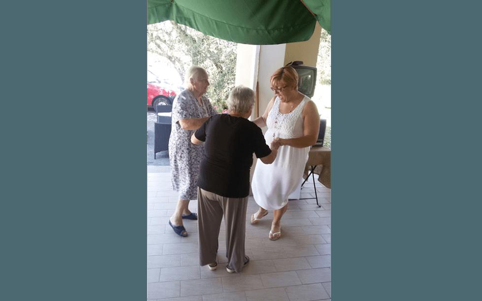 anziani mentre celebrano festa