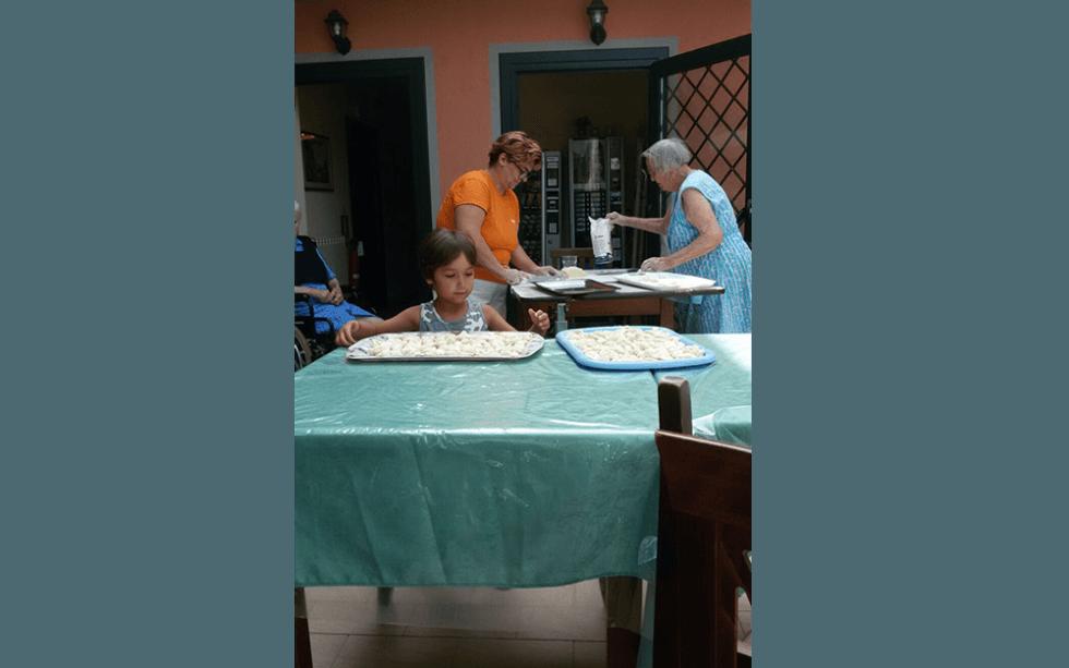vista frontale di una attività ricreative per anziani con cibo sul tavolo