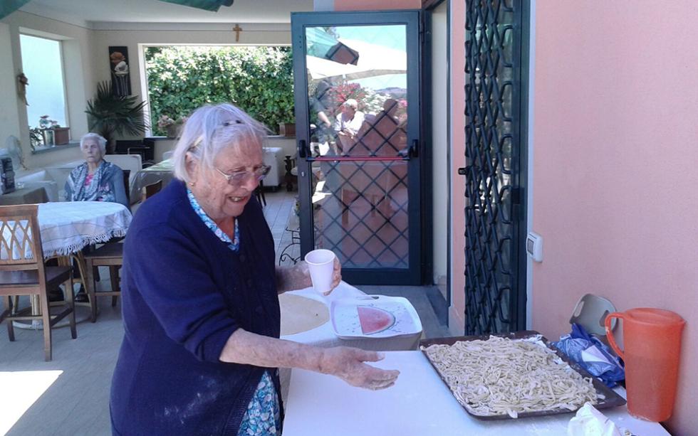 vista di una sala da pranzo con una donna anziana mentre prepara per festa
