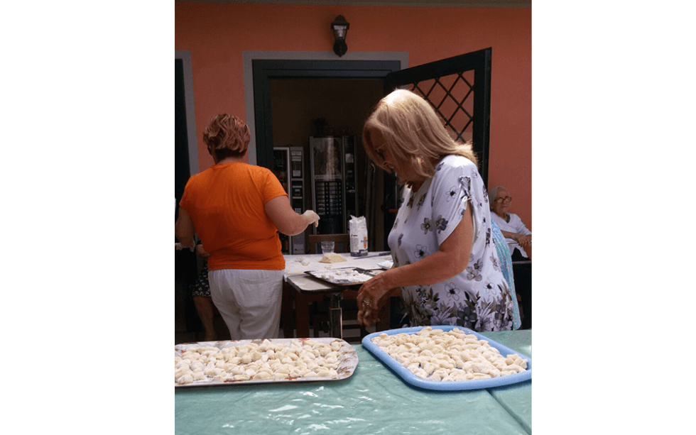 vista frontale di una attività ricreative per anziani