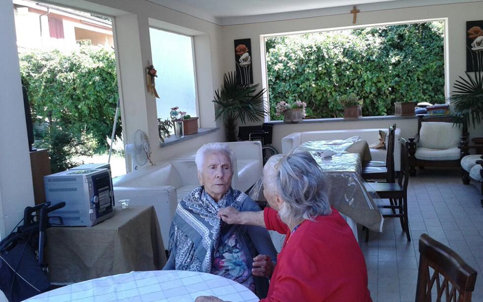 due persone anziane chiaccherano