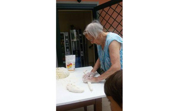 persona anziana mentre usa il mattarello