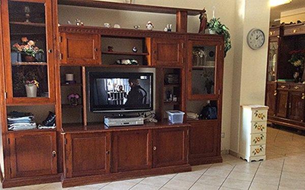 televisione incassata dentro uno scaffale