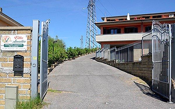 entrata dal cancello di VILLA AMALIA
