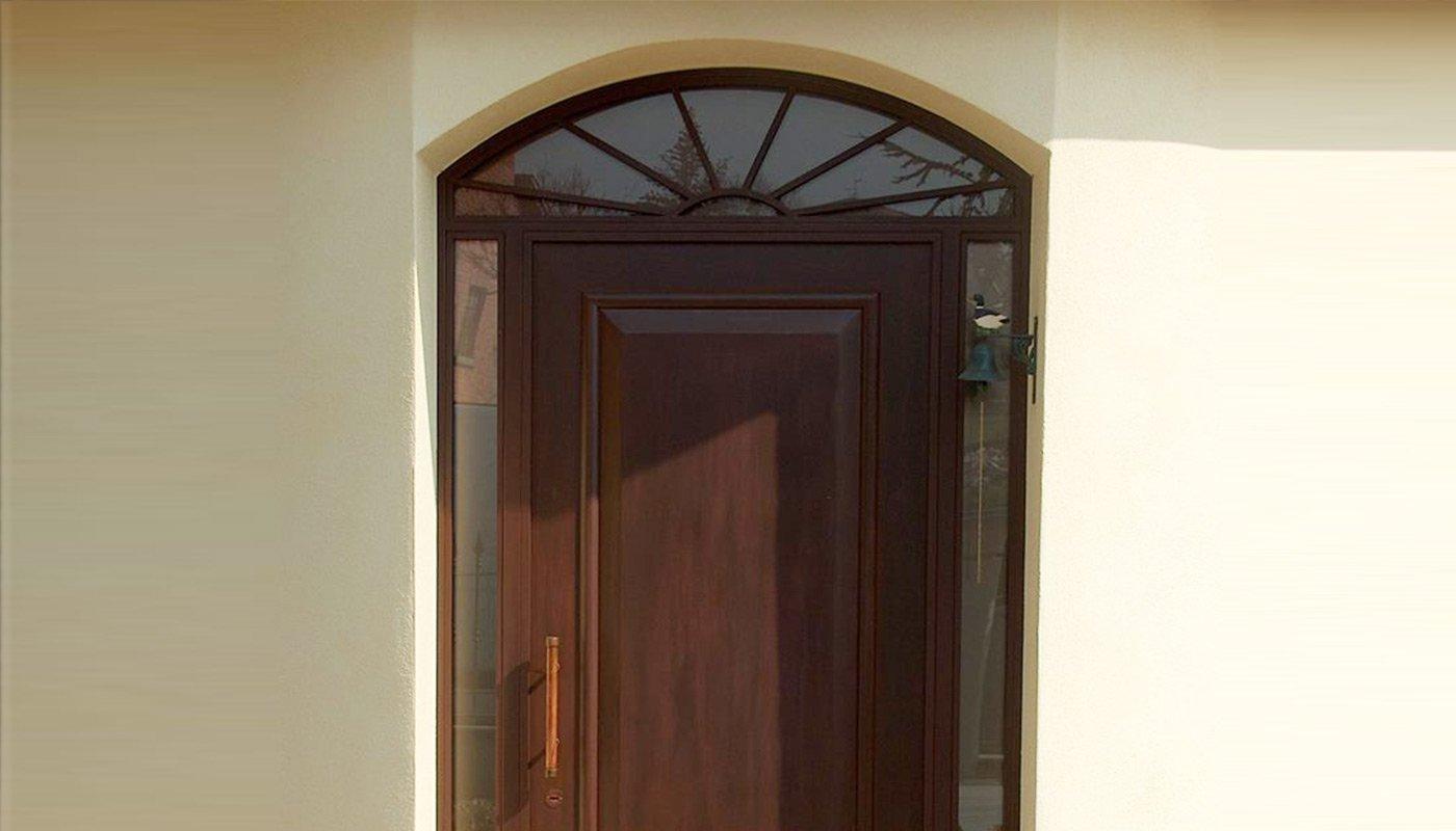 una porta in legno con vetri