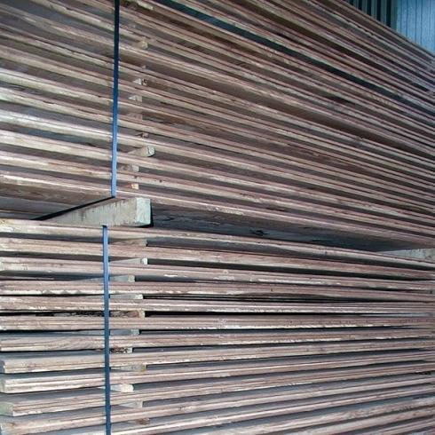Grandi casse di metalli contenenti legno tagliato per legna