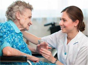 infermiera che aiuta un'anziana