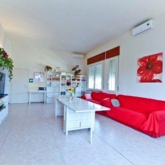 sala di una residenza per anziani con divano rosso