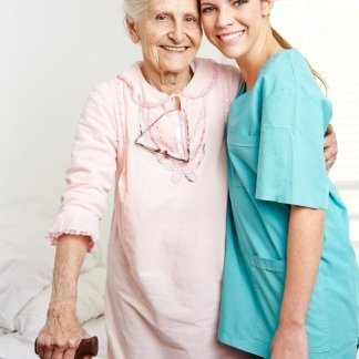 infermiera in posa con una donna anziana