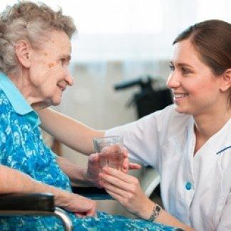 infermiera che assiste un'anziana