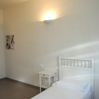 letto bianco in una residenza per anziani
