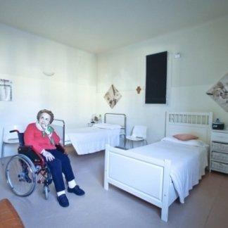 anziana in sedia a rotelle in una casa di riposo