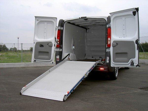 furgone bianco con sciovola