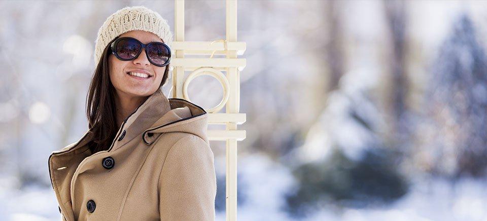 una modella con occhiali da sole sconto 30%