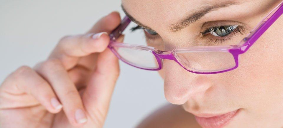 una ragazza che controlla occhiali da sole