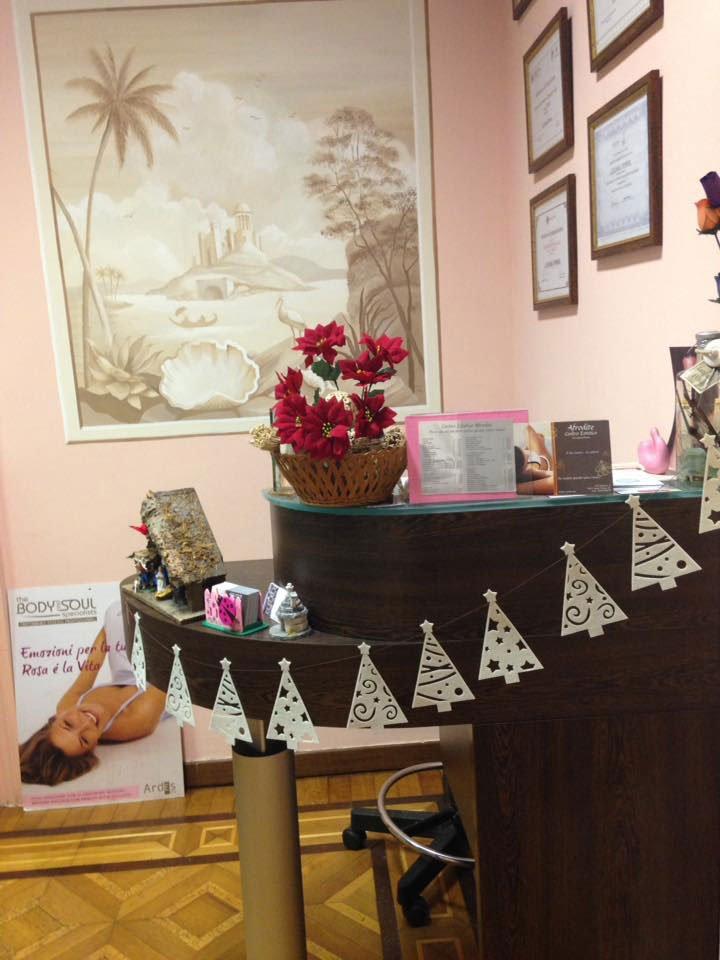 un bancone di una reception con delle decorazioni natalizie