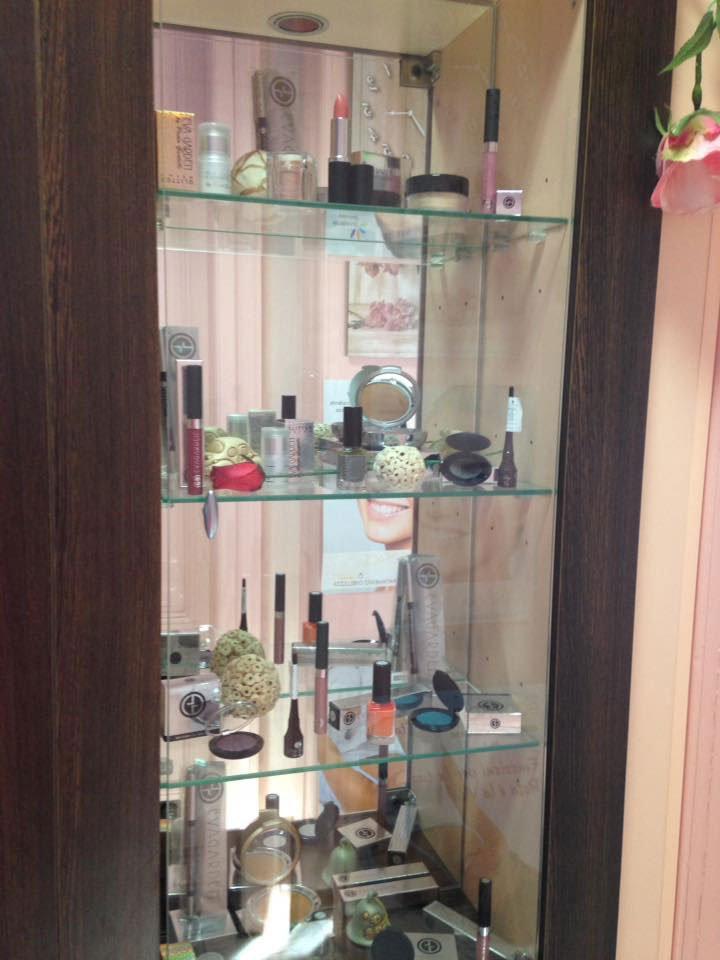 una vetrina con smalti, rossetti e altri trucchi