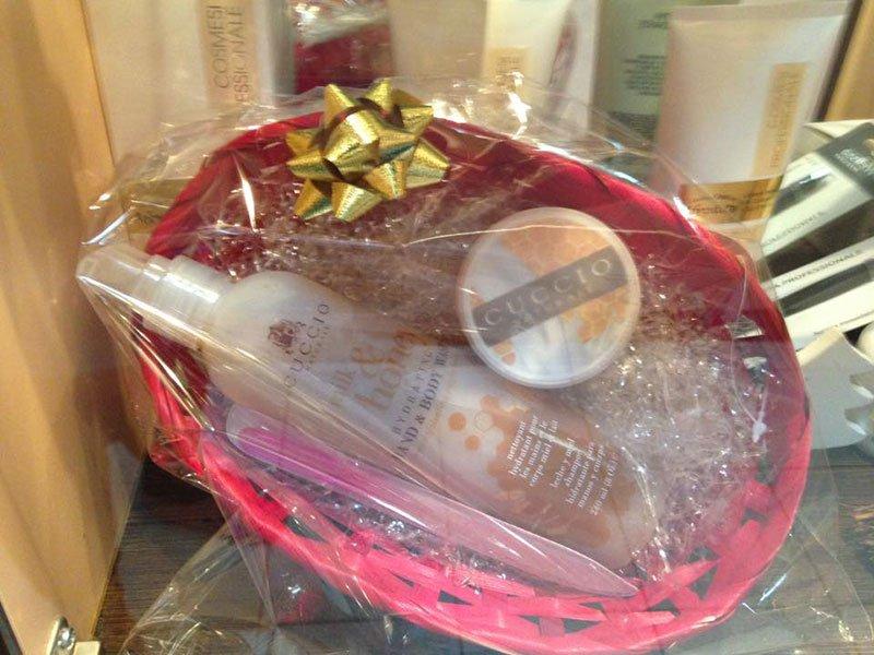 Un cestino da regalo con dei prodotti della marca Cuccio