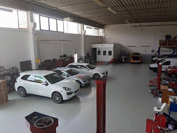 auto parcheggiate in un capannone