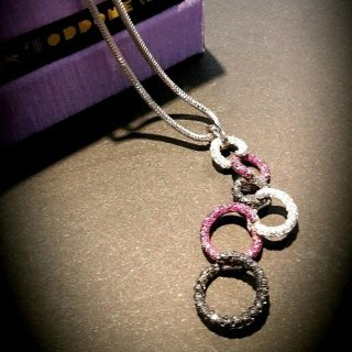 Collana in oro bianco 18 kt con diamanti bianchi, neri e zaffiri rosa
