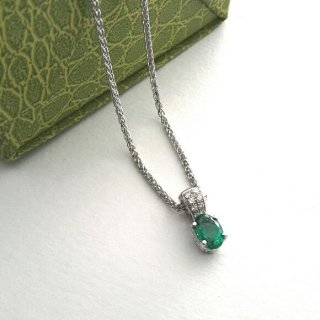 Ciondolo smeraldo e diamanti con catena in oro bianco