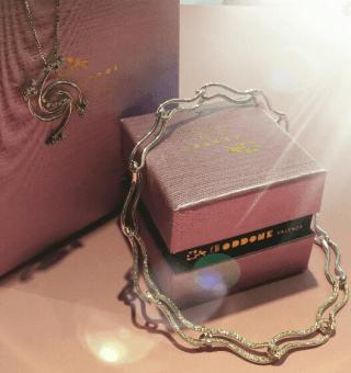 Girocolli in oro bianco 18 kt e diamanti