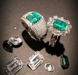 Anelli in oro 18 kt con smeraldo e diamanti