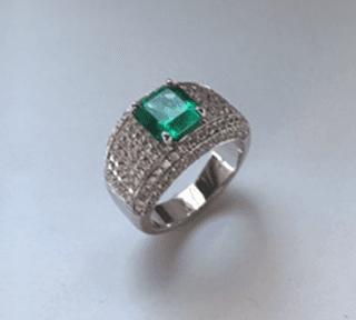 Anello in oro bianco 18 kt con smeraldo e diamanti