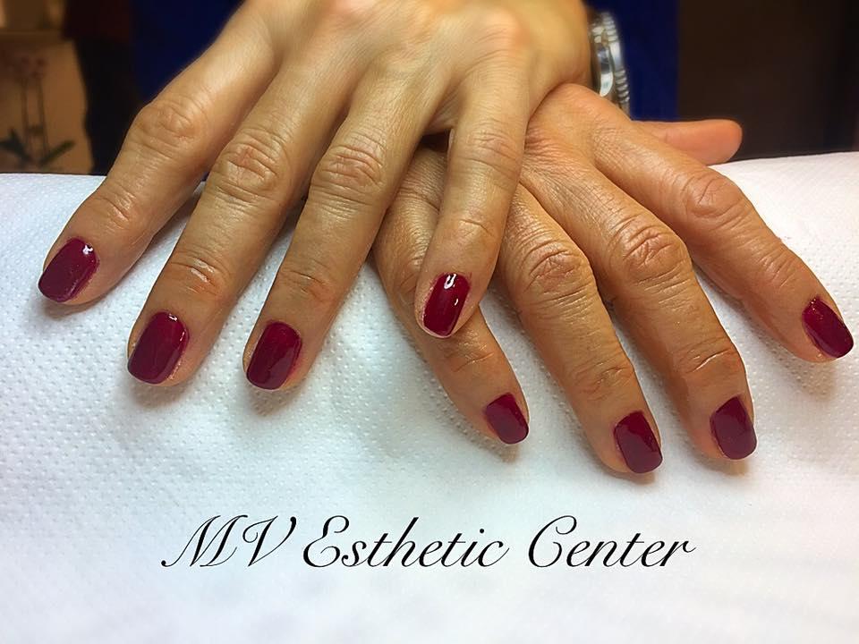 Mani di una donna con smalto rosso