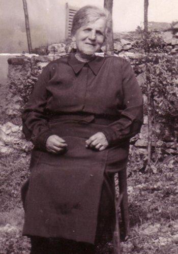 una foto in bianco e nero di una signora seduta