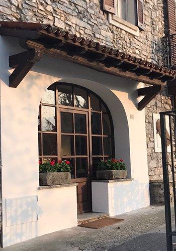 una vetrata e due vasi di fiori all'esterno del ristorante