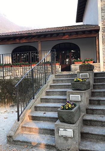 vista dei gradini e dei vasi di fiori di fronte al ristorante