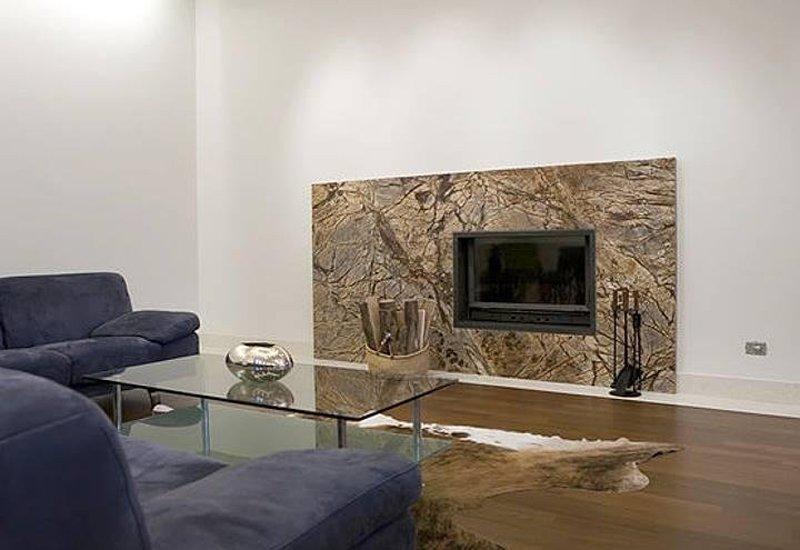 esempio di camino in marmo