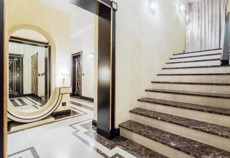 Scala in marmo con pavimentazione abbinata