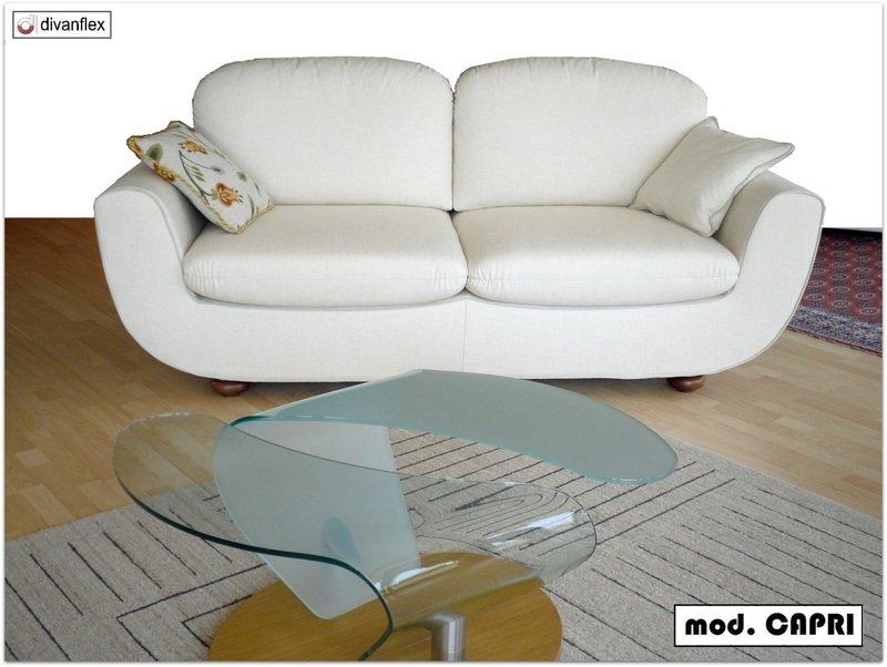 un divano bianco in un salotto