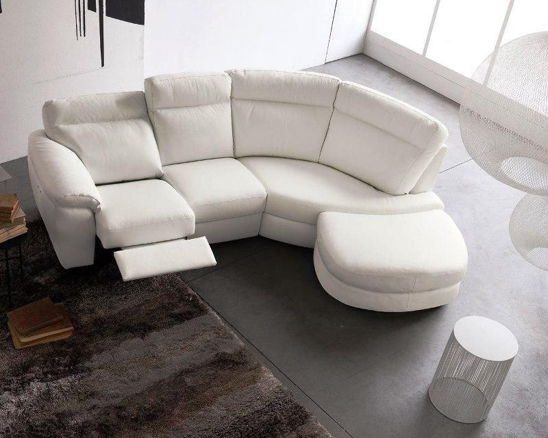 divano con appoggiapiedi bianco