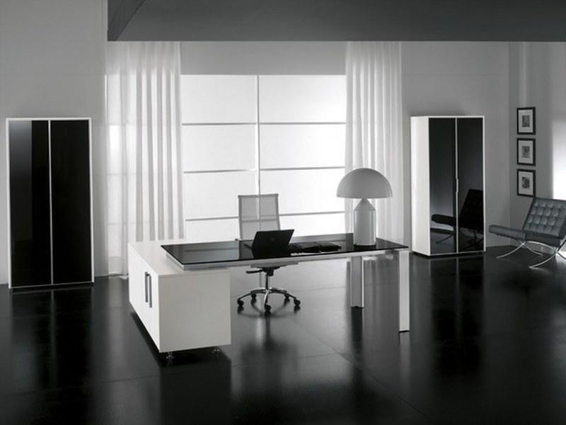scrivania per ufficio bianca e nera con dietro una finestra