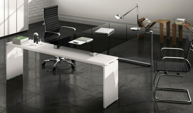 vista angolare di una scrivanie e sedia per ufficio nera
