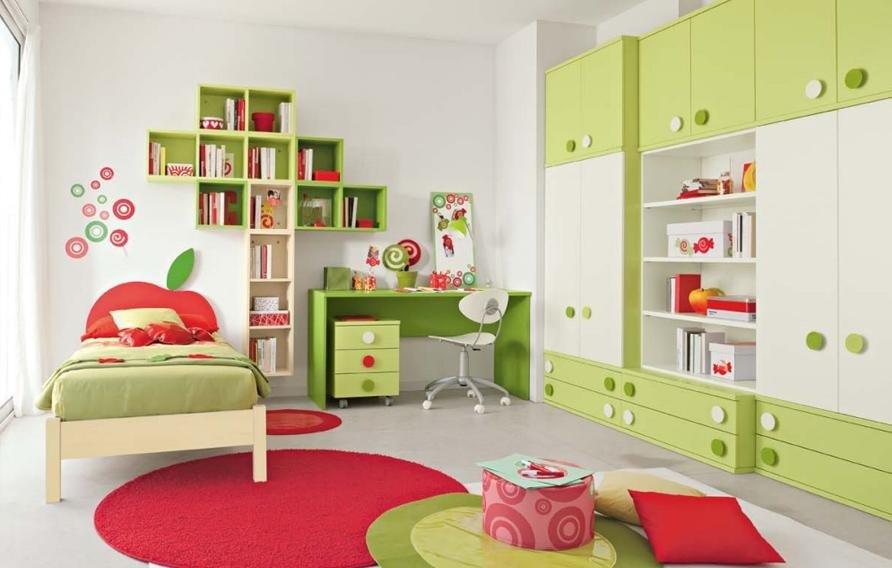 cameretta con arredamento verde e tappeto rosso