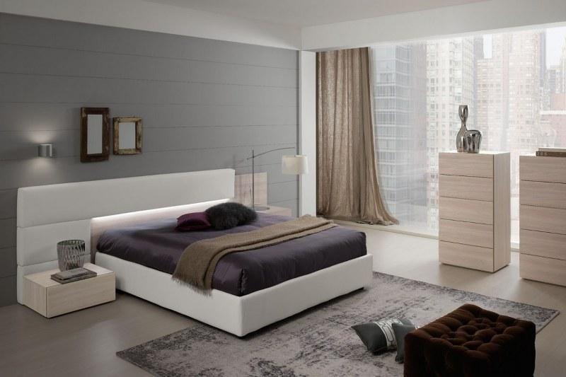 camera da letto con tende e arredamento marrone