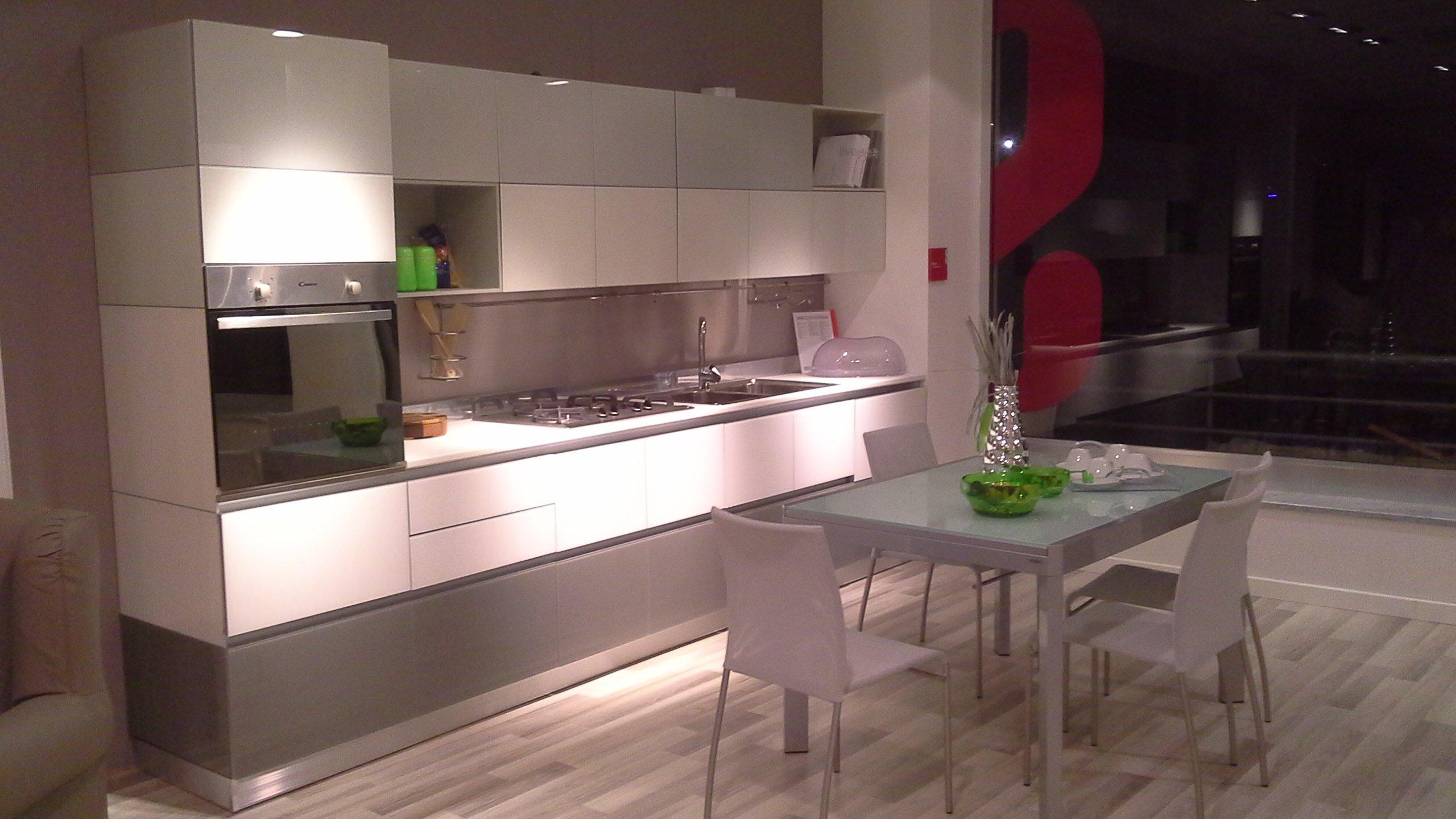 cucina con tavolo grigio
