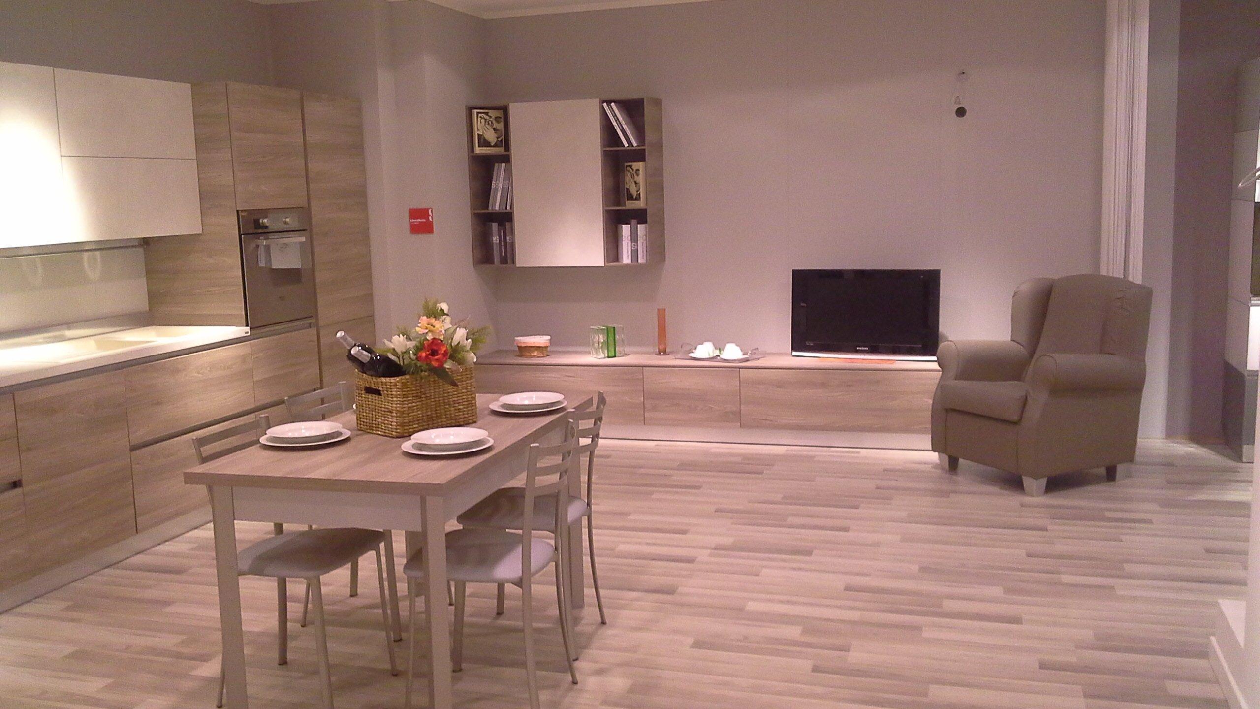 cucina con tavolo al centro