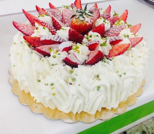 torta farcita con fragole e panna