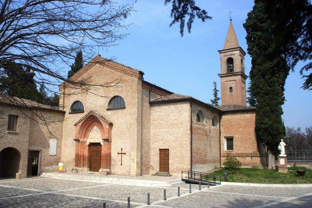 Vista di una chiesa dall'esterno