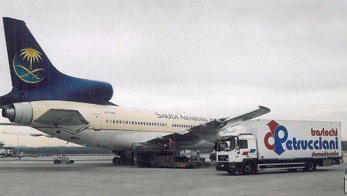 furgone della ditta di traslochi in un aeroporto